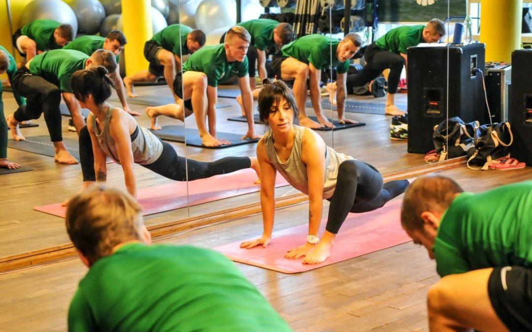 Zespół Petra Nemca – Warta Poznań –  ćwiczy jogę